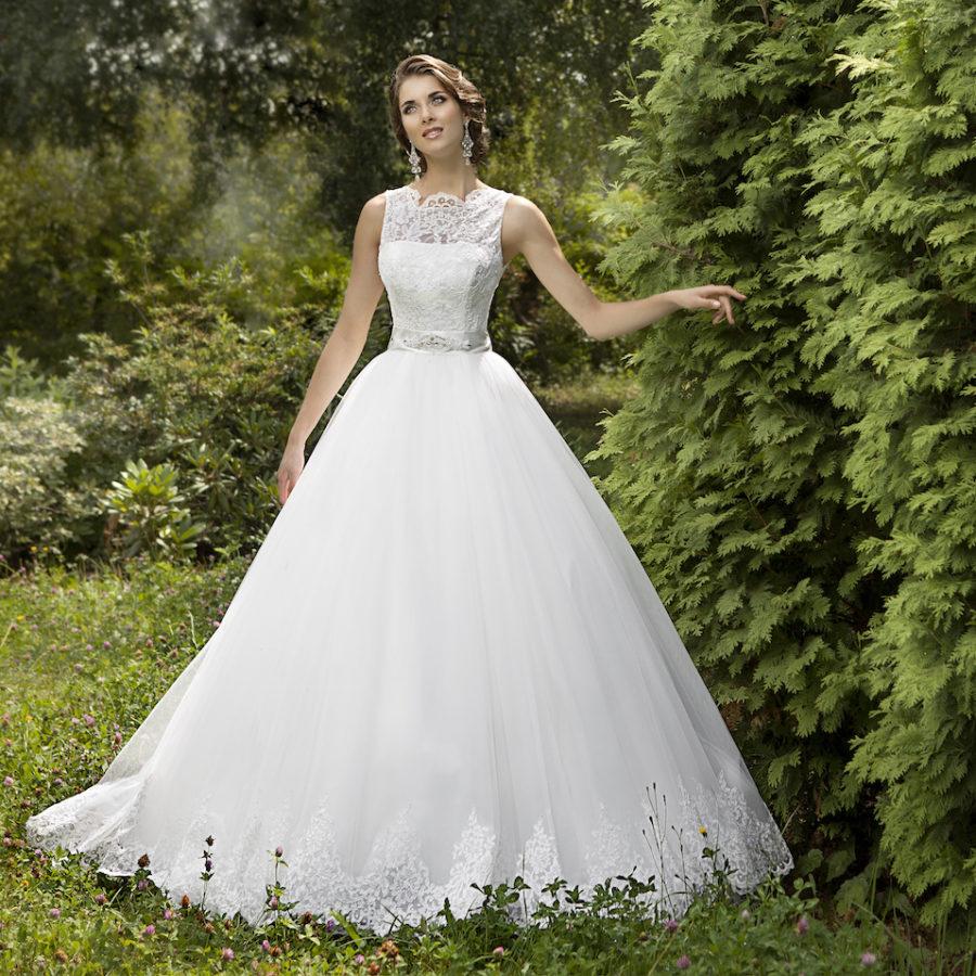 široké svatební krajkové šaty
