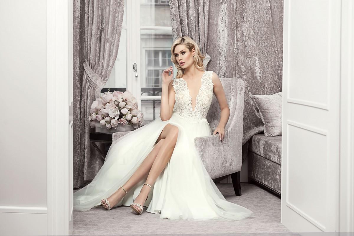 svatební šaty s rozparkem a prusvitným korzetem